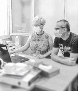 Christine, technico-commerciale, fait découvrir son travail à son collègue Philippe, conducteur offset, au cours d'une journée « Vis mon job » !
